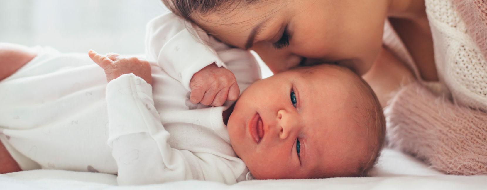 Mamma bacia il suo bimbo neonato senza ciuccio