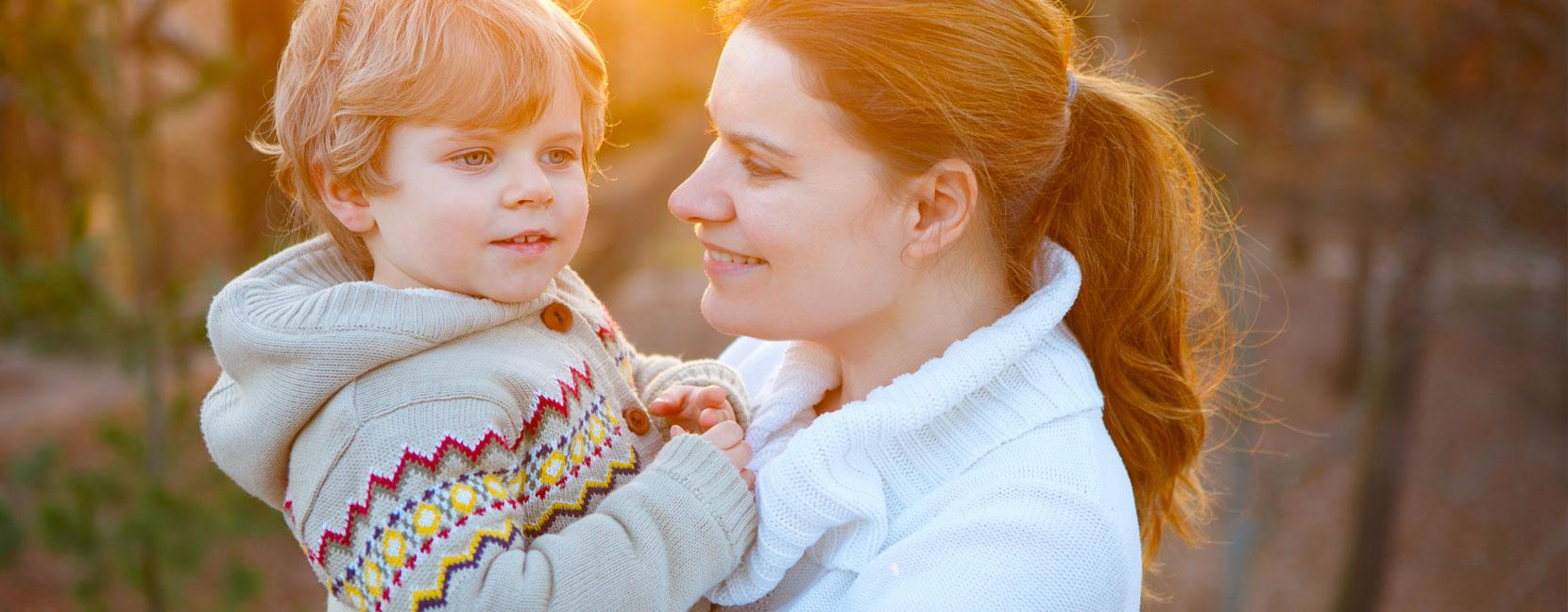 Mamma con il suo bambino in braccio