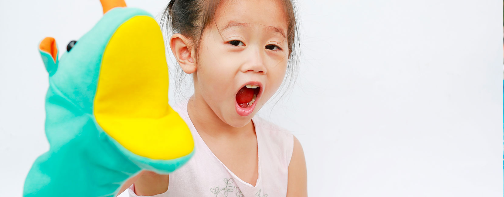 Bambina vuole mordere la telecamera con il suo pupazzo