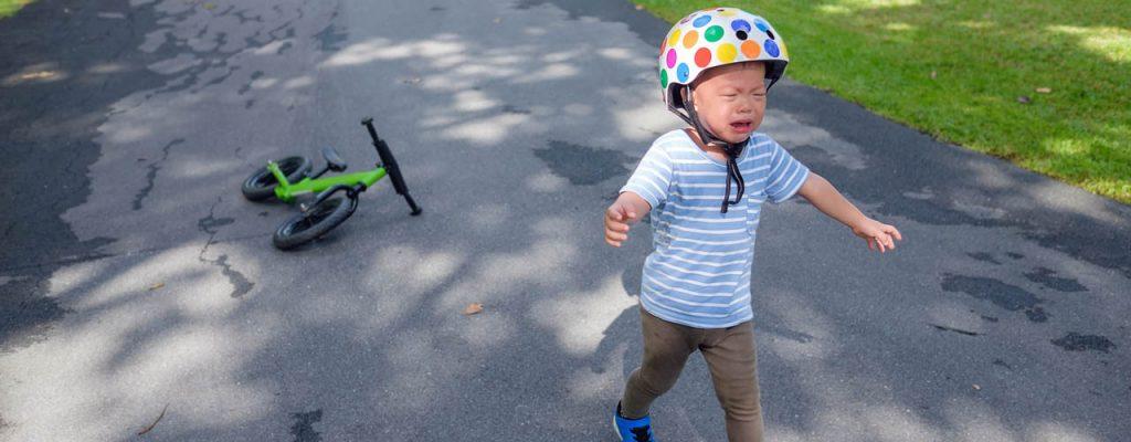 Bambino che piange dopo una caduta in bici: Come sgonfiare crisi e nervoso di tuo figlio