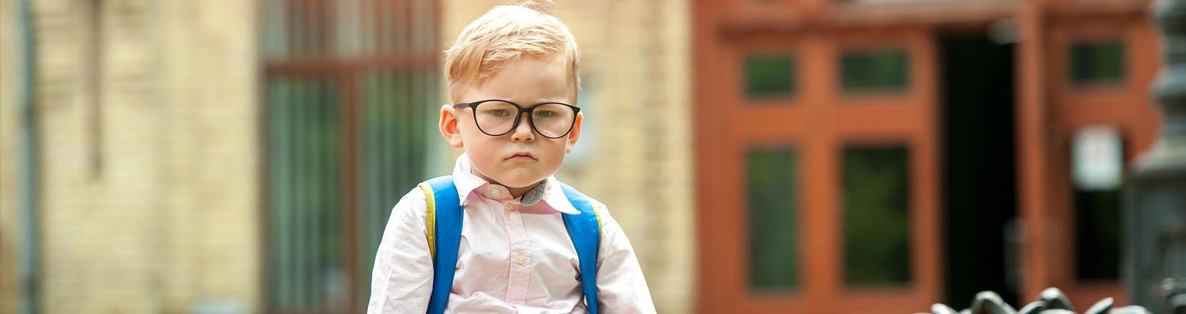 Bambino serio e arrabbiato