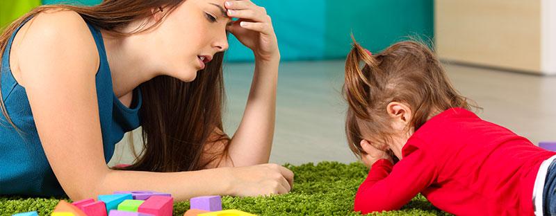 Una Bimba piange e la mamma è infastidita, vuole che smetta