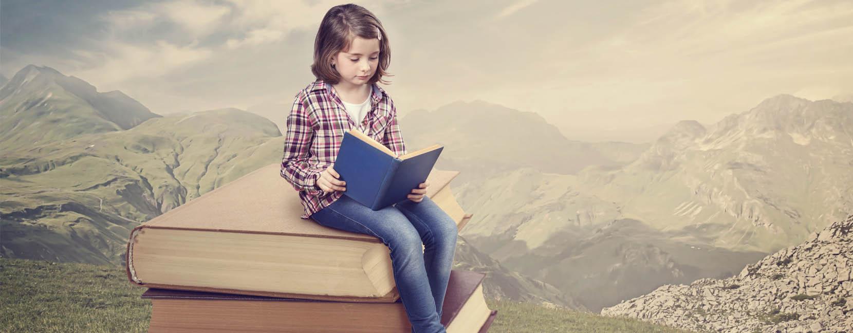 Bambina legge un libro seduta su una pila di libri giganti