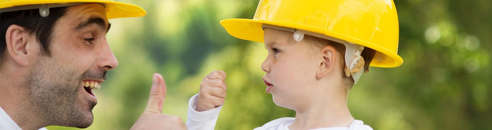Mettere in sicurezza la casa, papà e figlio indossano i caschi gialli antinfortunistici
