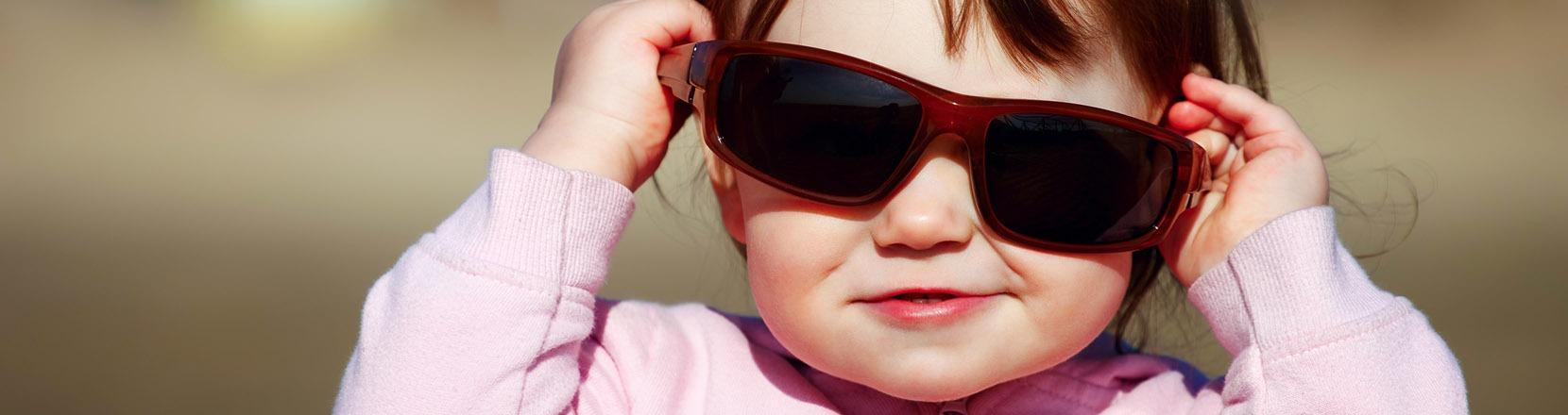 Lascia che ti osservi: una bambina osserva attraverso gli occhiali