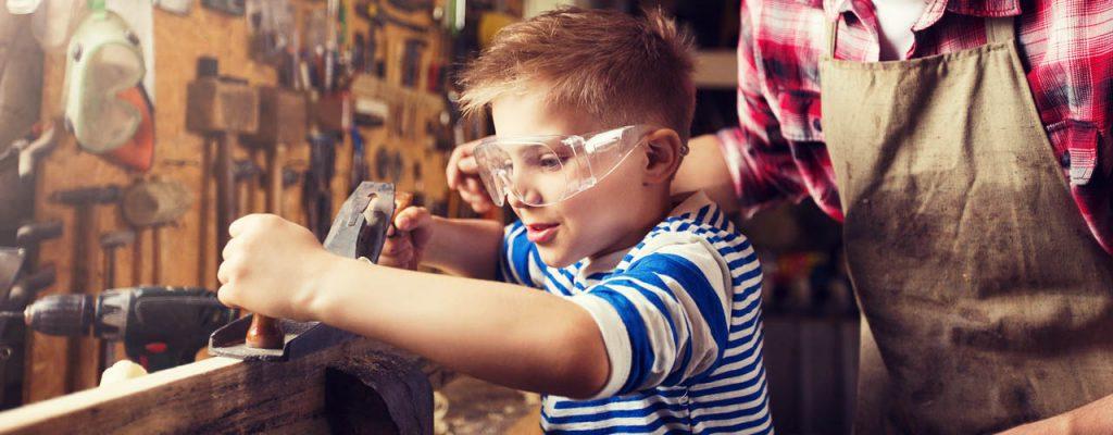 Pericoli in casa e bambini, bambino che usa strumenti pericolosi