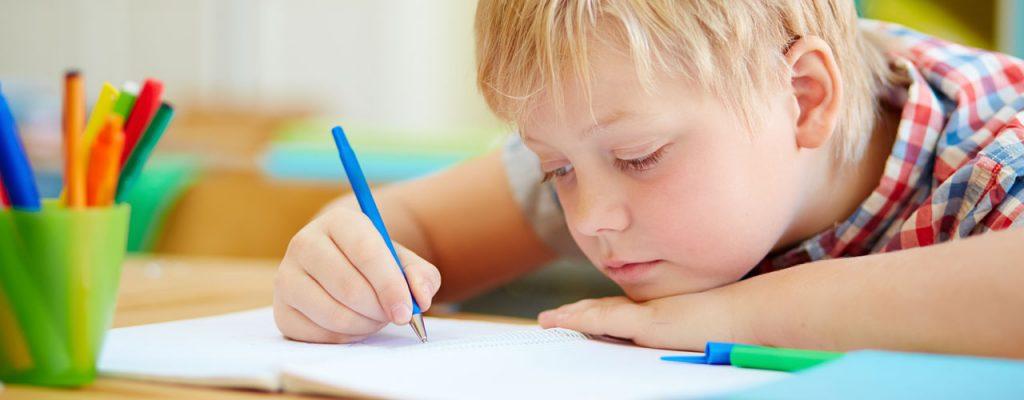 Fare i compiti: bambino fa i compiti con espressione svogliata