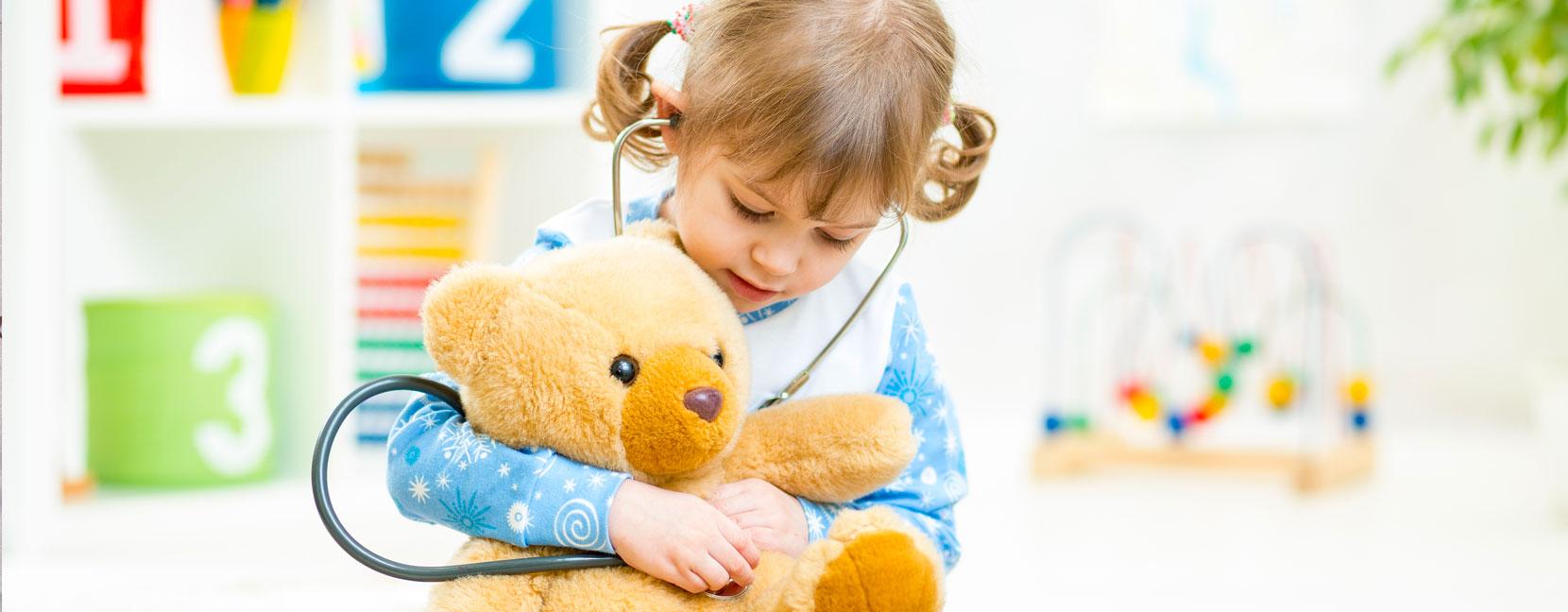 Bambina sente il cuoricino del suo orsetto con stetoscopio