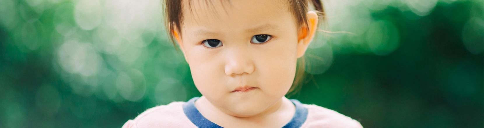 Bambina piccola arrabbiata e rancorosa