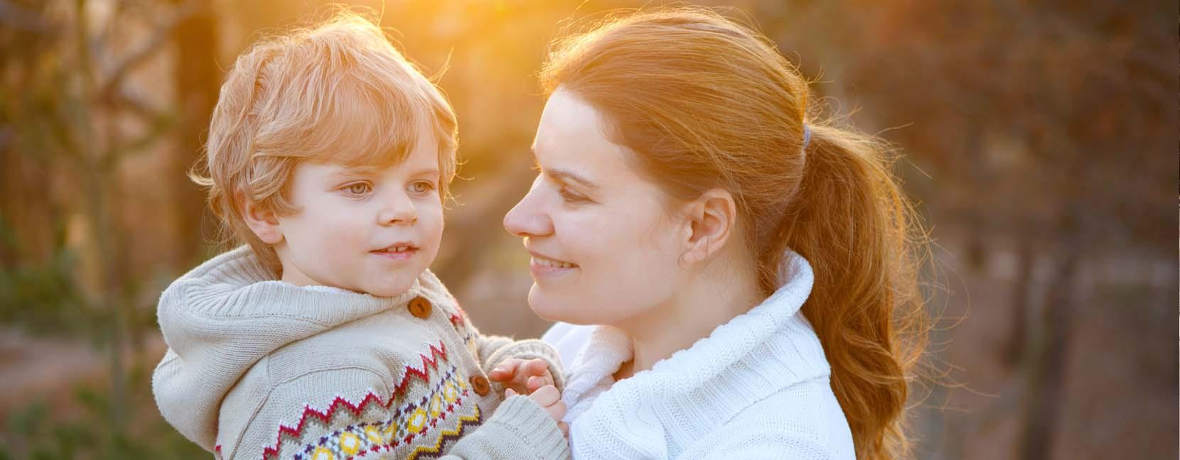 Mamma guarda felice il suo bimbo mentre lo tiene in braccio