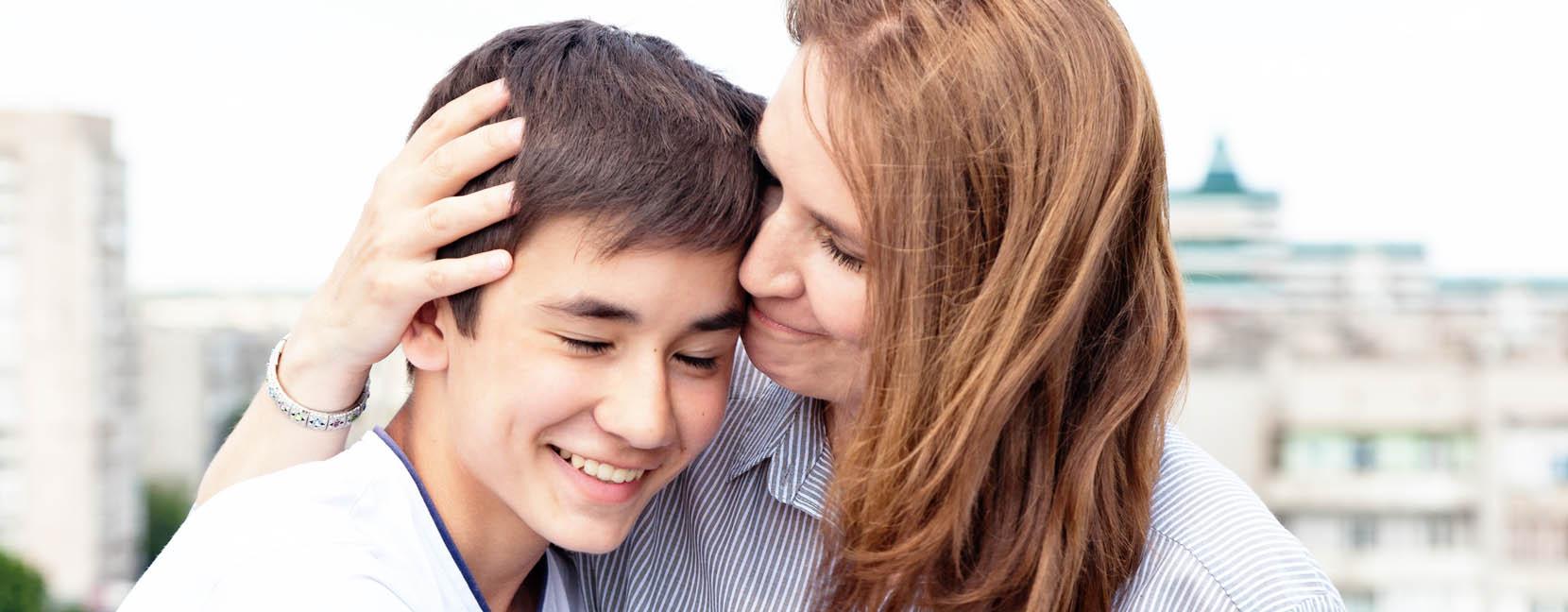 Mamma abbraccia il figlio, lo sostiene con empatia e comprensione