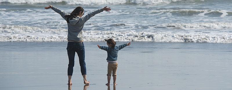 Mamma e figlia insieme davanti al mare senza nessun altro