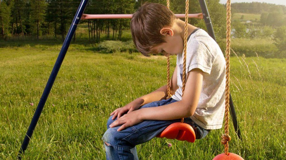"""Le 9 frasi che fanno sentire tuo figlio uno """"sfigato"""" (e limitano l'autostima dei bambini)"""
