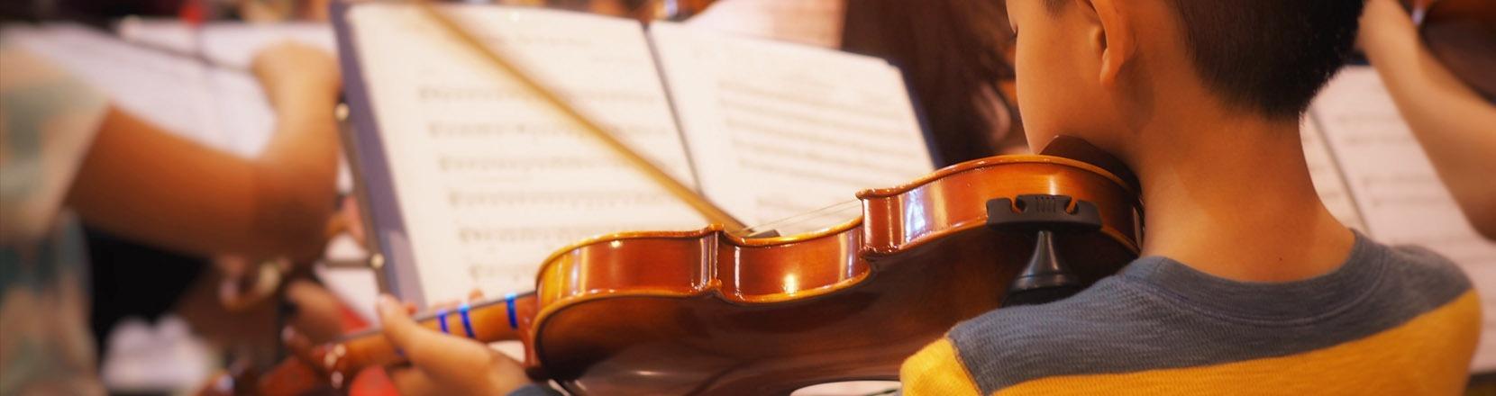Bambino che suona il violino