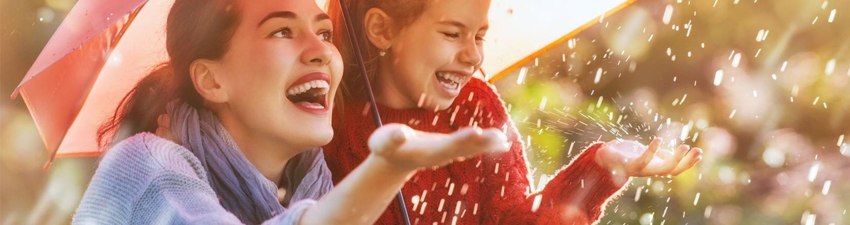 Esperienze di qualità: mamma e bimba insieme sotto la pioggia a sentire le gocce sulle mani