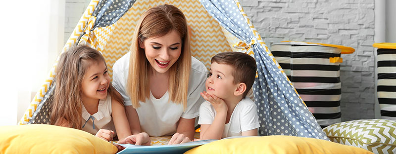 Mamma legge un libro insieme ai suoi bimbi