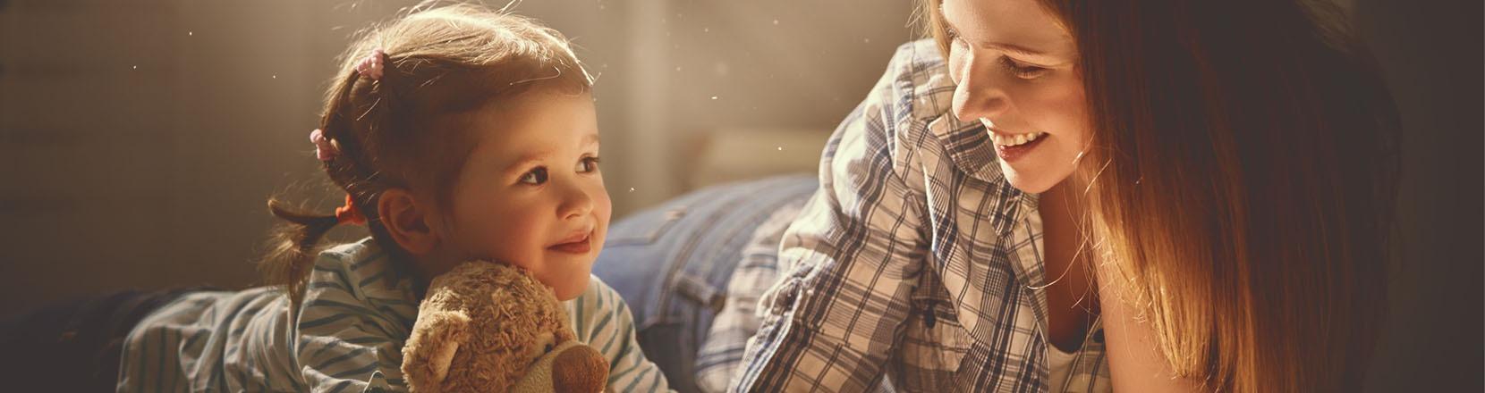 Mettilo al primo posto: mamma e bambina che si guardano negli occhi