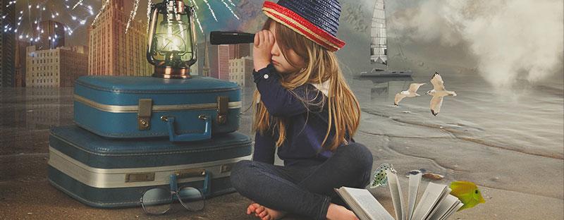 Bambina guarda lontano con un binocolo