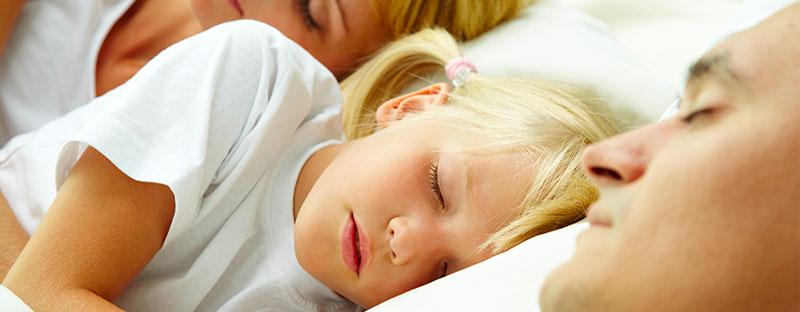 Bimba dorme nel lettone tra mamma e papà