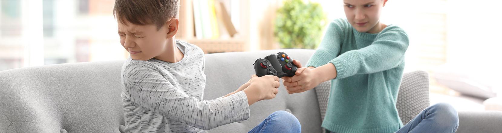 Figli che si picchiano e si scontrano, 2 bambini litigano per avere il joystick